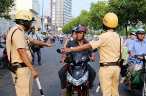 Nằm mơ thấy cảnh sát giao thông đánh con gì thì tốt?